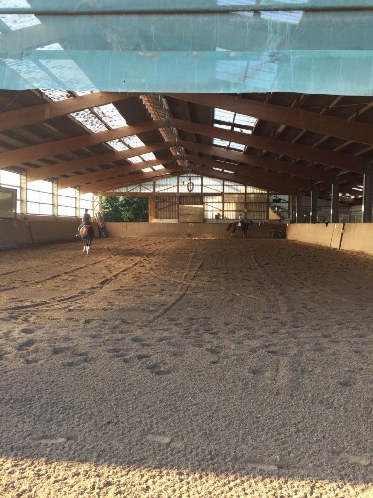 Elastischer Reitboden mit Sand / Späne / Gemisch